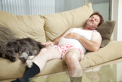 Unavený muž so psom na gauči